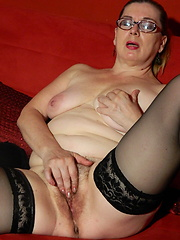 Euro mature woman grabs her hairy hole by favorite toy