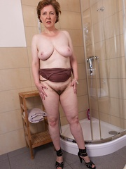 Romana Sweet wants to wash her hairy pussy